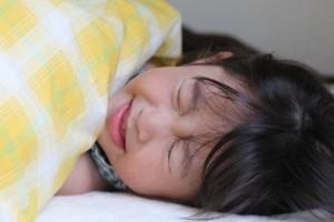 熱で眠れない子供