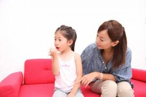 虫歯予防をする親子