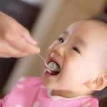 初めての離乳食!スプーンを使った上手な食べさせ方!