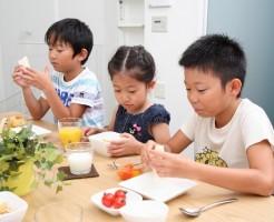 食事中に座らない子供