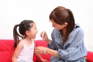 喉の痛みを確認する親子