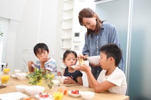 食事は座って食べる家族