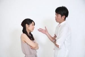 子育てを話する夫婦